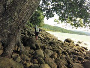 Cauê se aventurando nas pedras da praia da Fortaleza, Ubatuba