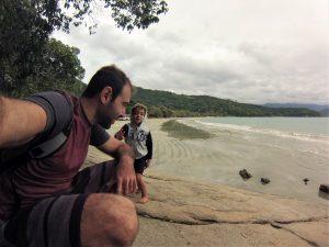 Bruno e Cauê na praia da Fortaleza, Ubatuba