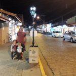 Bruno, Cauê e Ian em passeio noturno na Rua Guarani em Ubatuba