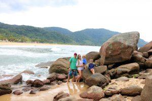 Família nas Pedras no canto direito da praia Vermelha do Norte - Ubatuba