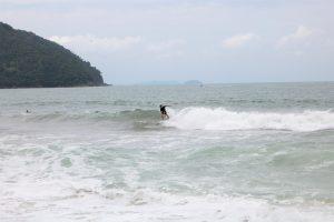 Bruno surfando na praia Vermelha do Norte - Ubatuba