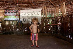 Ian na tenda de artesanato, baía da traição - PB