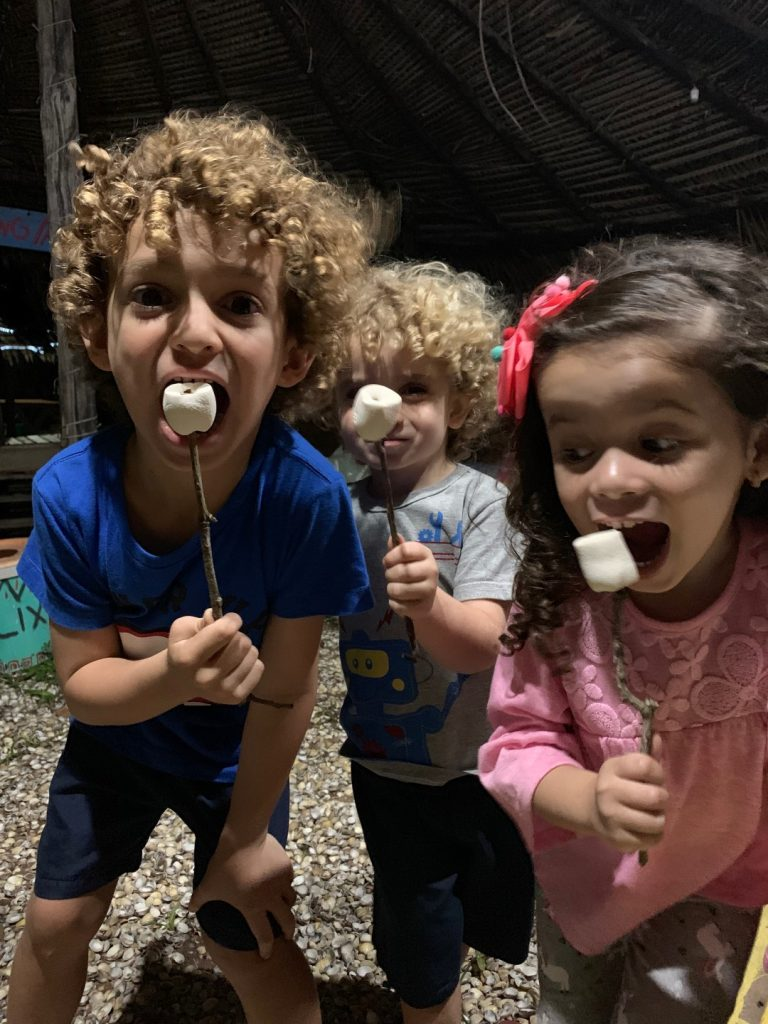 Crianças comendo os marshmallows assados