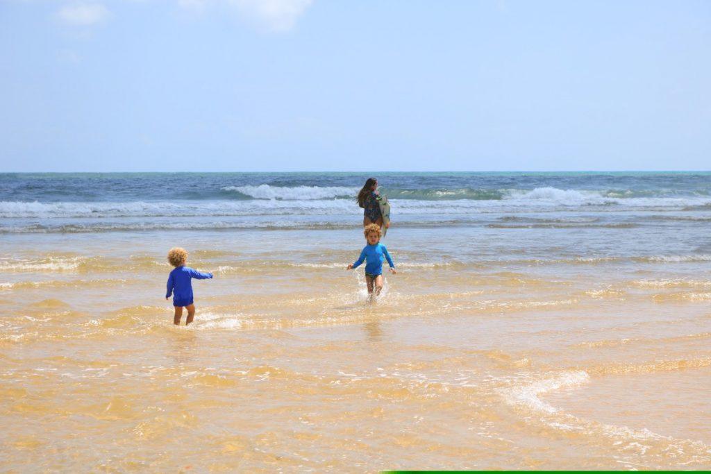Dani entrando no mar, Barra do Cunhaú - RN
