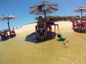 Crianças brincando na Lagoa Azul, Jericoacoara