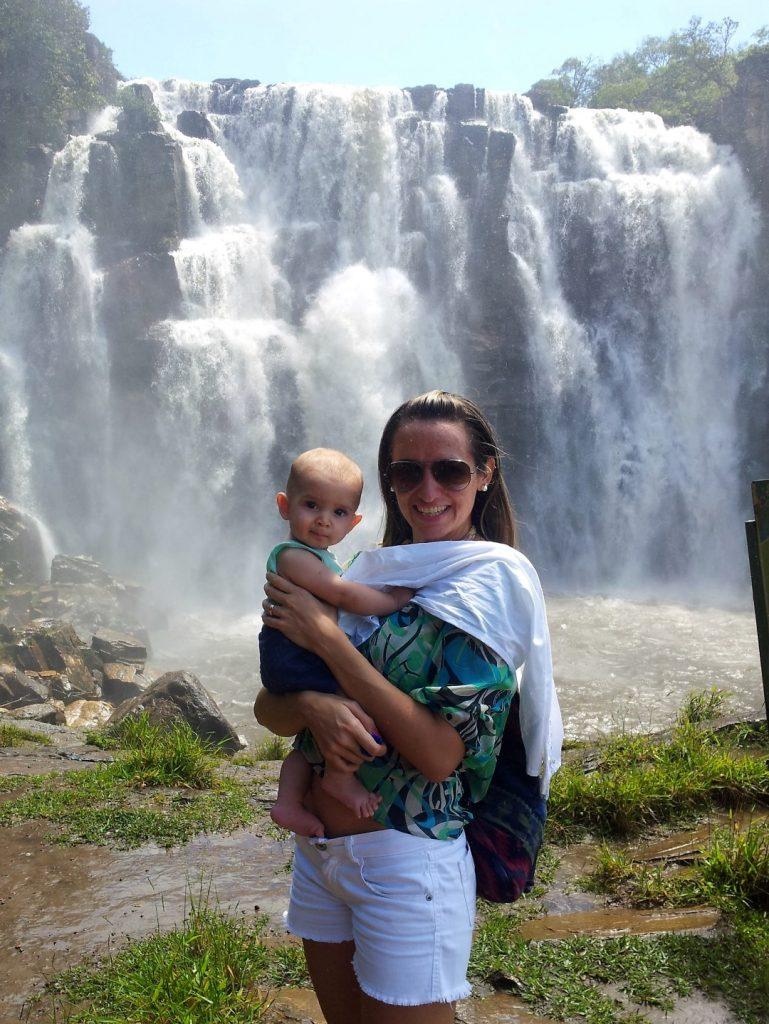 Dani e Cauê na cachoeira Salto Corumbá
