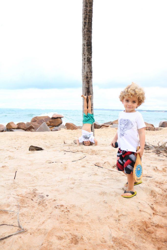 Cauê e Ian na praia em Barra do Cunhaú - RN